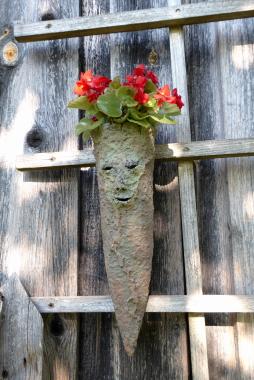 Keramik Kunst im Lallinger Winkel im Gemüsegarten.