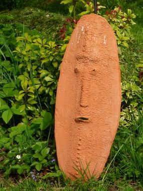 Keramikmasken im Garten