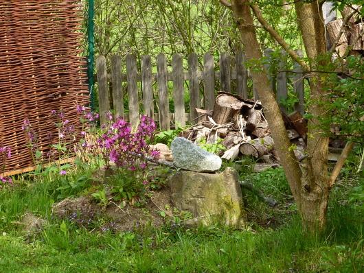 Was gehört in den Naturgarten? Totholz